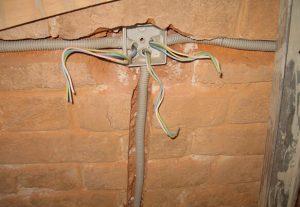Монтаж проводки в стене